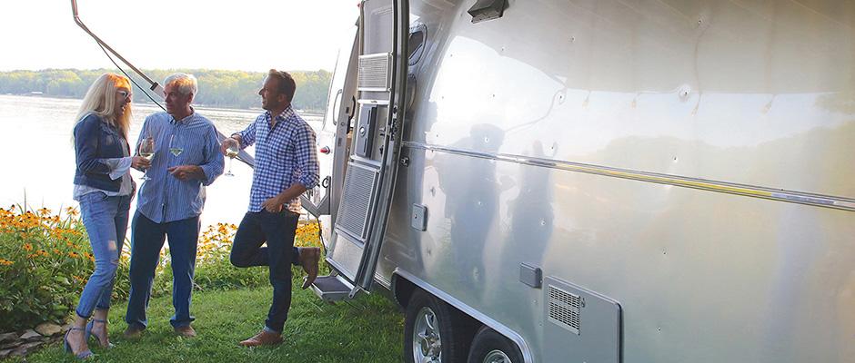 Airstreams nya husvagn –medstiländat och kurvigt inre
